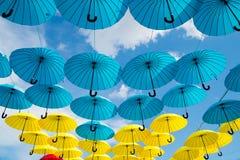 Heldere kleurrijke gele en blauwe paraplu'sachtergrond Royalty-vrije Stock Foto