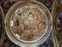Heldere, kleurrijke koepel van de oude kerk stock foto
