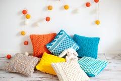 Heldere kleurrijke kussens stock foto