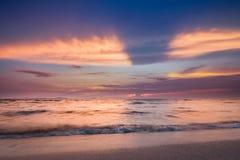 Heldere kleurrijke overzeese zonsondergang, magische kleuren van aard Royalty-vrije Stock Afbeelding
