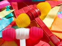 Heldere kleurrijke plastic hamers en bunting Festa DE Sao Joao stock foto's