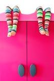 Heldere kleurrijke sokken op een kast Stock Foto