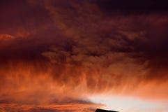 Heldere, Kleurrijke Zonsondergang met intense Wolken stock afbeelding