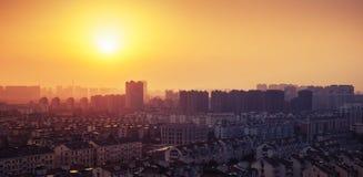 Heldere kleurrijke zonsopgang over groot stadspanorama Gestemde wijnoogst Ondiepe diepte van gebied Stock Fotografie