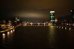 Heldere mening over de de de nachtstad, rivier en wolkenkrabber royalty-vrije stock afbeelding