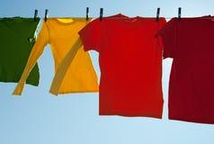 Heldere multi-colored kleren die in de wind drogen Royalty-vrije Stock Fotografie