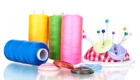Heldere naaiende knopen, naald en strengen van draad Stock Afbeeldingen