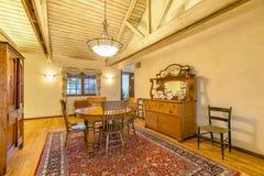 Heldere, open en warme eetkamer met gewelfde plafonds royalty-vrije stock foto