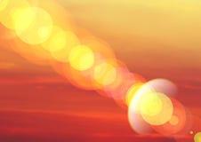 Heldere oranje abstracte achtergrond met stralen met uitstraling Royalty-vrije Stock Foto's