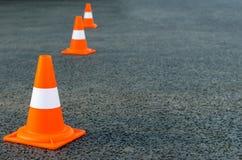 Heldere oranje verkeerskegels Royalty-vrije Stock Foto's