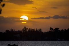 Heldere oranje zonsondergang over de baai in Hollywood, Florida Royalty-vrije Stock Fotografie