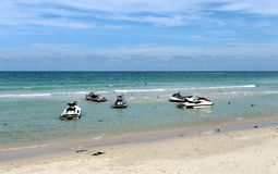 Heldere overzeese strand en autopedden Royalty-vrije Stock Afbeeldingen