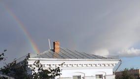 Heldere regenboog na de regen stock video