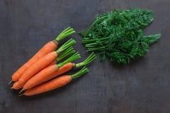Heldere rijpe wortelen met bladeren op de lijst royalty-vrije stock fotografie