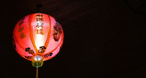 Heldere rode Chinese lantaarn bij nacht, met zwarte achtergrond Royalty-vrije Stock Foto's