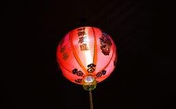 Heldere rode Chinese lantaarn bij nacht, met zwarte achtergrond Royalty-vrije Stock Afbeelding