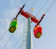 Heldere rode en groene cabines van de kabelbaan en kabelwagentoren Royalty-vrije Stock Afbeelding