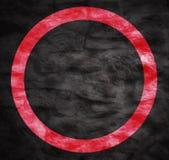 Heldere rode grungecirkel die over een zeer donkere grungy achtergrond wordt geplaatst royalty-vrije illustratie