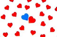 Heldere rode harten op een gestreepte achtergrond met blauwe en rode harten Om de Dag van Valentine ` s, huwelijken, Internationa Royalty-vrije Stock Afbeeldingen