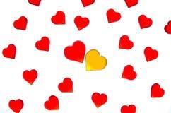 Heldere rode harten op een gestreepte achtergrond met gele en rode harten Om de Dag van Valentine ` s, huwelijken, Internationale Stock Foto