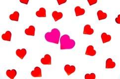 Heldere rode harten op een gestreepte achtergrond met twee roze harten Om de Dag van Valentine ` s, huwelijken, Internationale Vr Royalty-vrije Stock Fotografie