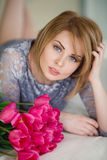 Heldere roze bloemen in de handen van het meisje. Stock Afbeeldingen