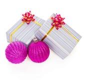 Heldere roze Kerstmisballen en giftdozen Stock Foto's