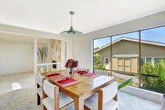 Heldere ruimte met eettafelreeks en mooie venstermening Stock Foto's
