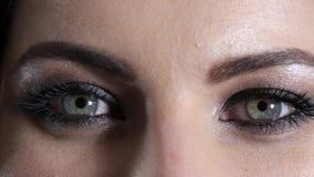 Heldere samenstelling op ogen van jonge vrouw, hartstochtelijke blik stock footage