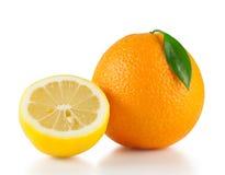 Heldere sinaasappel met de helft van een citroen Stock Afbeeldingen