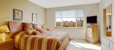 Heldere slaapkamer met vrolijk gestreept bed Royalty-vrije Stock Afbeeldingen