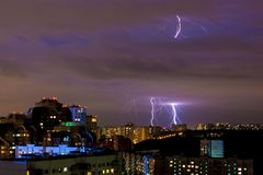 Heldere stakingen van bliksem tijdens een avondonweersbui in Moskou royalty-vrije stock foto's