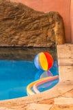 Heldere strandbal in het zwembad royalty-vrije stock foto
