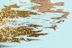 Heldere stromende Inkt gouden kleuren op blauwe achtergrond Modern marmeren, groot ontwerp voor om het even welke doeleinden Vloe stock illustratie
