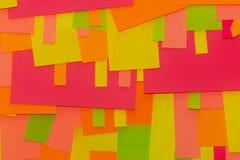 Heldere tint multi-colored stickers op de bureau witte raad Prestaties en het werk stock foto