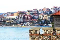 Heldere toevluchtstad op de heuvels Stock Foto