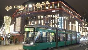 Heldere trams op centrale straten in Helsinki tijdens Kerstmis Heel wat mensen, vakantieverkoop en heldere decoratie stock video