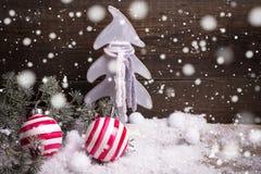 Heldere van Kerstmisballen en takken bontboom op uitstekende houten B Stock Afbeelding