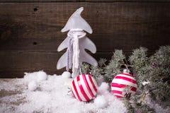 Heldere van Kerstmisballen en takken bontboom op uitstekende houten B Stock Foto's