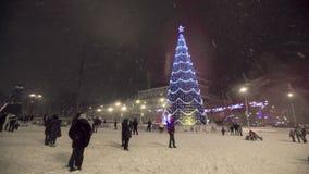 Heldere Verlichting op een Kerstmisboom bij stad stock footage