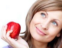 Heldere vrouw die een appel houdt Royalty-vrije Stock Afbeeldingen