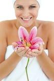 Heldere vrouw die een bloem houdt Stock Foto's