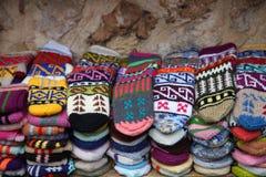 Heldere vuisthandschoenen en sokken met een ornament royalty-vrije stock foto