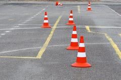 Heldere wegkegels op het asfalt stock fotografie
