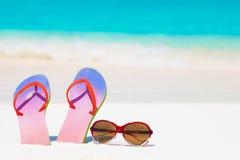 Heldere wipschakelaars en zonnebril op een tropische overzeese toevluchtachtergrond Royalty-vrije Stock Fotografie