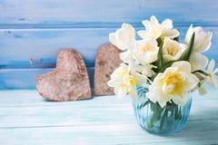 Heldere witte gele narcissen en tulpenbloemen in blauwe vaas en deco Royalty-vrije Stock Afbeeldingen