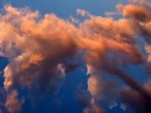 Heldere wolken bij zonsondergang Stock Afbeeldingen