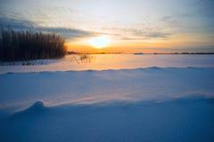 Heldere zon bij zonsondergang in de winter met grote sneeuwafwijkingen Stock Afbeelding