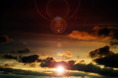 Heldere zon in de oranje hemel Royalty-vrije Stock Foto
