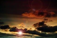 Heldere zon in de oranje hemel Stock Foto's
